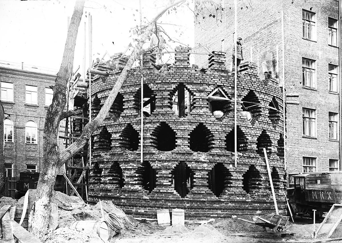 Melnikov House during construction. View of the large cylinder, 1927.