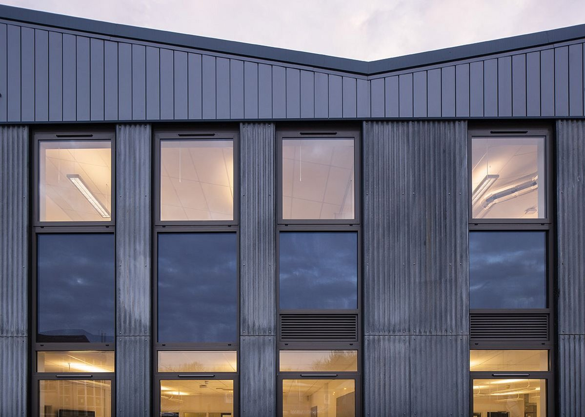 Barn plus colonnade meet through slim 'columns' of fibre cement