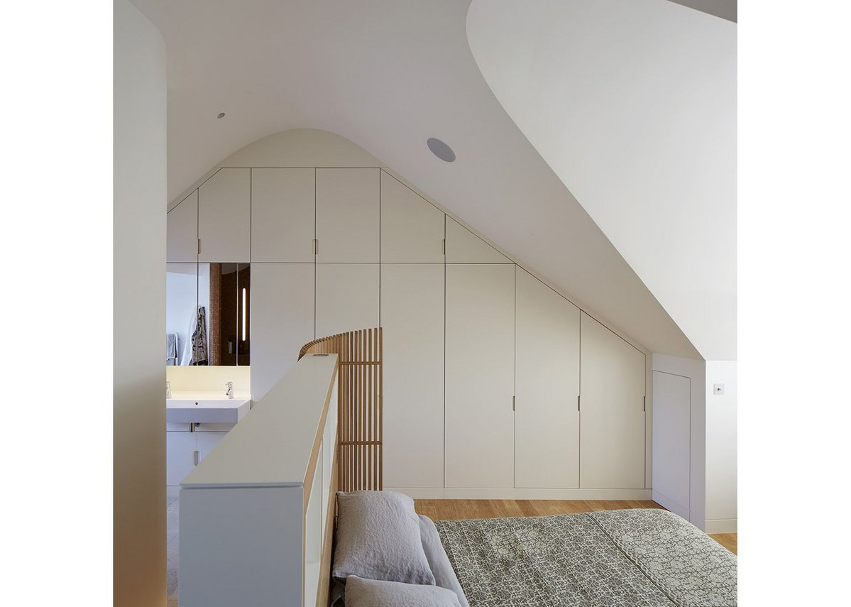Up top: The commanding position of the main bedroom, the ceiling drawn into curves.