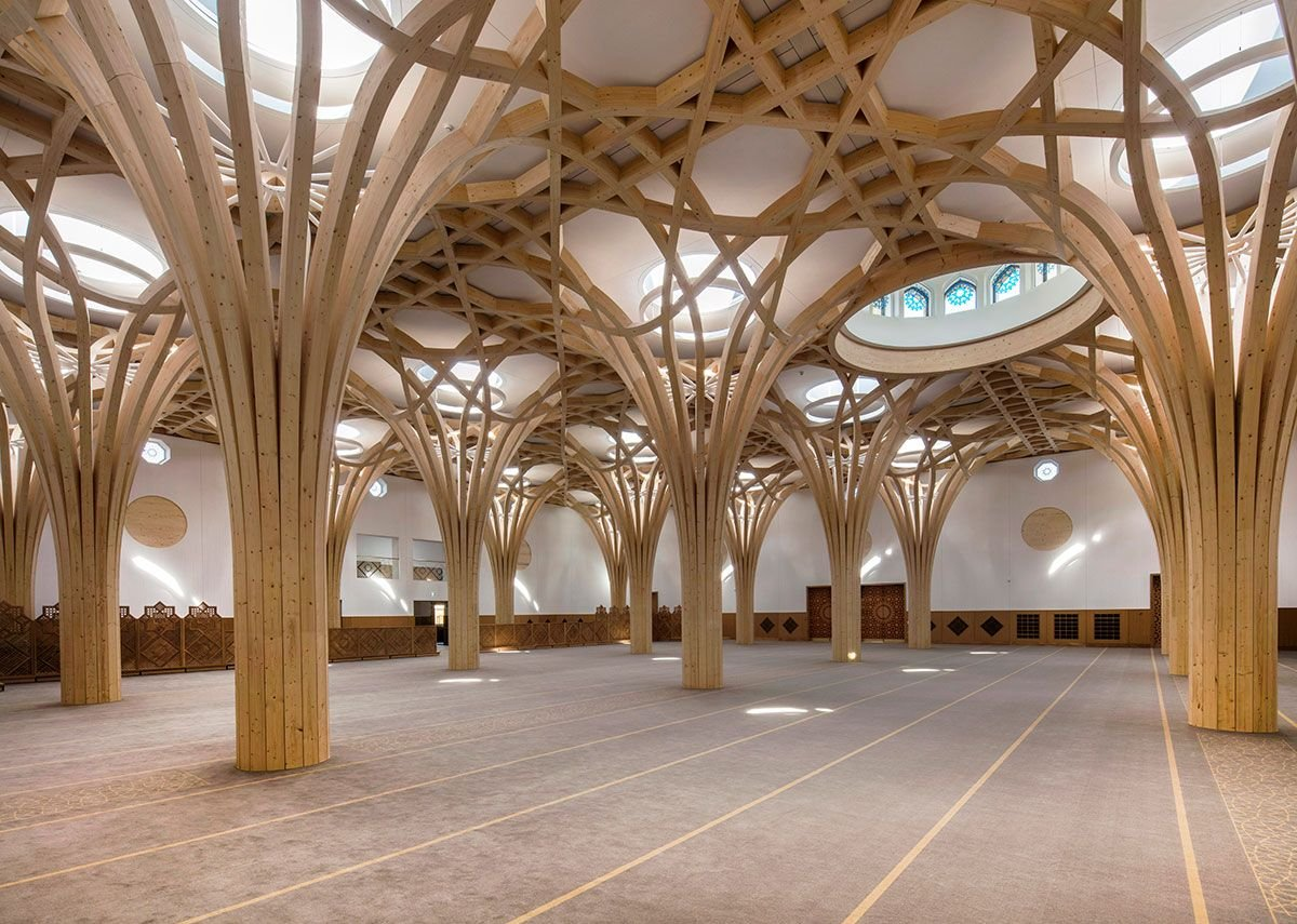 The defining feature of the main prayer hall is the grid of structural trees which spread to form a geometric canopy. They evoke both gothic fan vaulting and the framed vistas of historic Islamic architecture.
