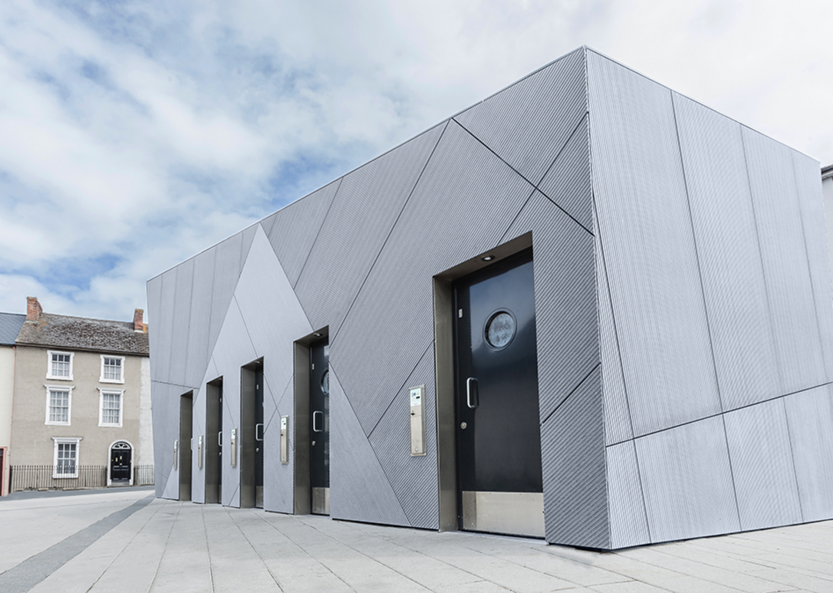 The Linea facade makes the public toilets a striking and contrasting landmark in a popular tourist spot.