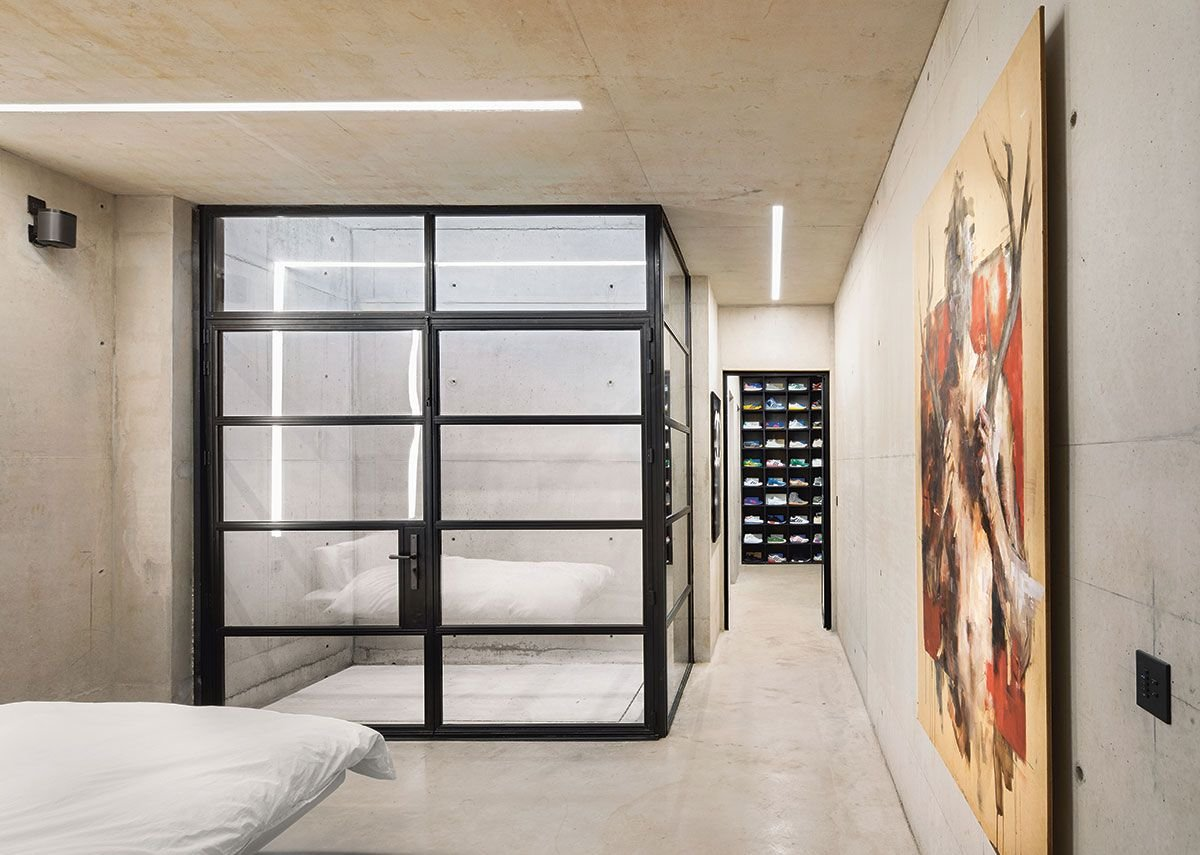 In guest bedrooms, the disappointment is that the bathroom doesn't open to the courtyard to let in more light and a better spatial flow.