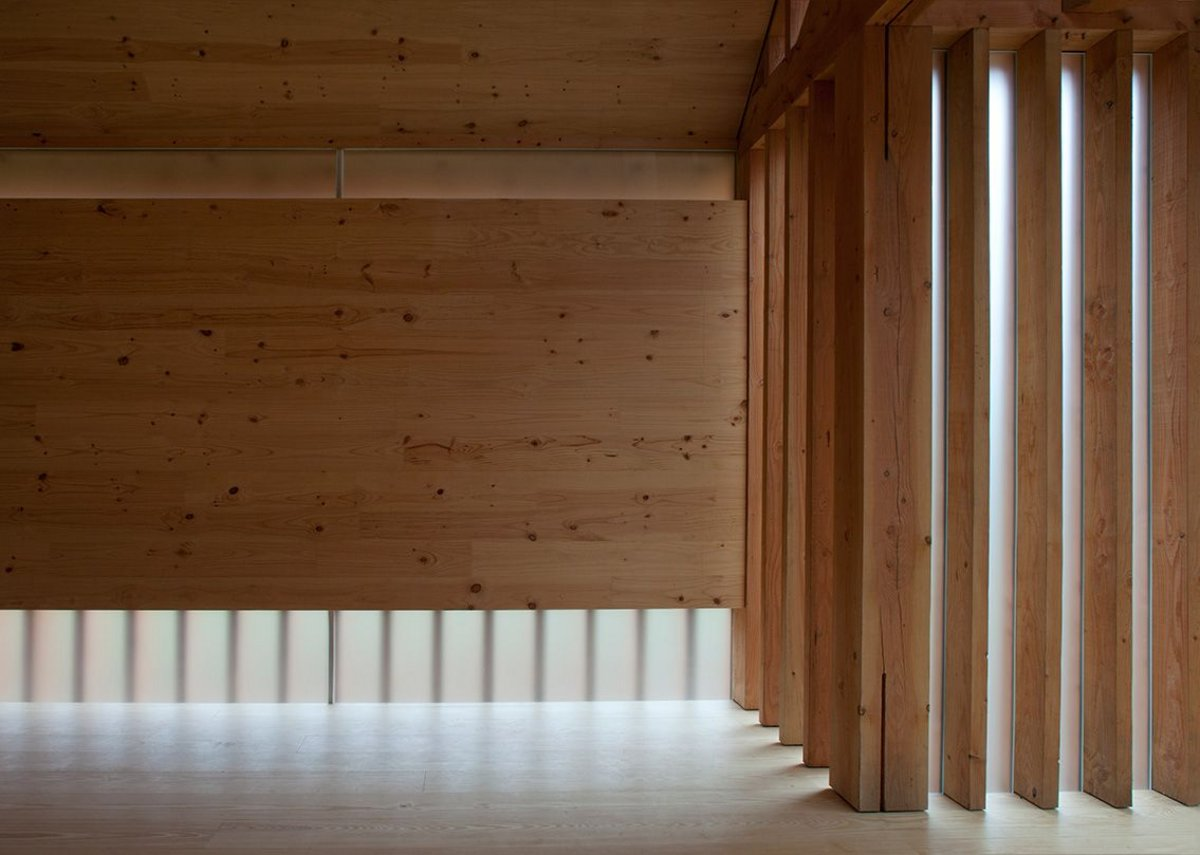 Light is admitted at low and high levels through horizontal glazed panels in the walls.