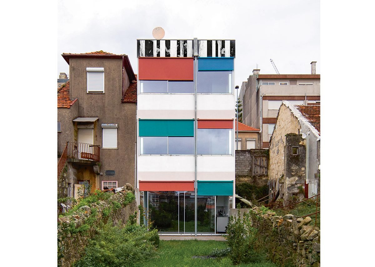 Project 079 is a new-build house that uses the rear as main facade trope. Its form follows regulation but inside a 2.5-storey suspended column separates the four rooms on each floor.
