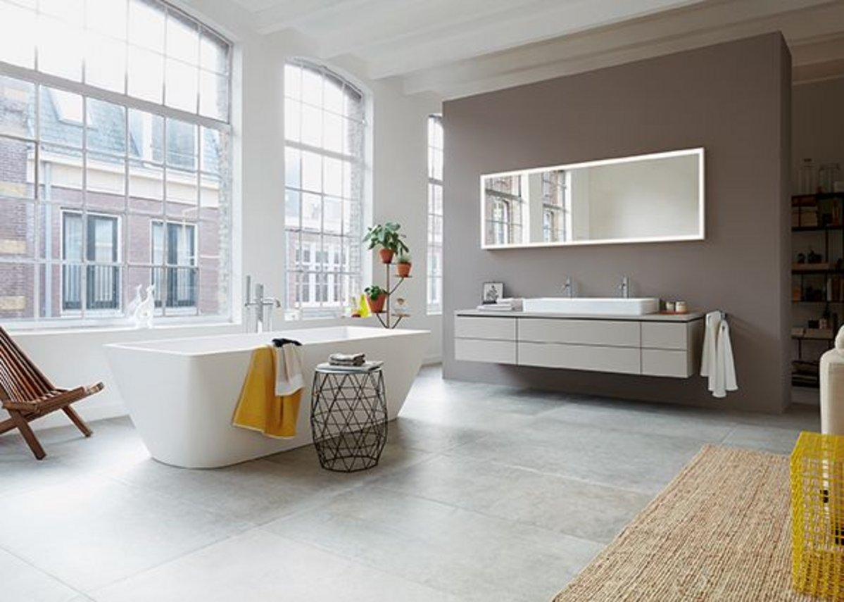 The freestanding DuraSquare bathtub and washbasin sits perfectly with furniture from the L-Cube series