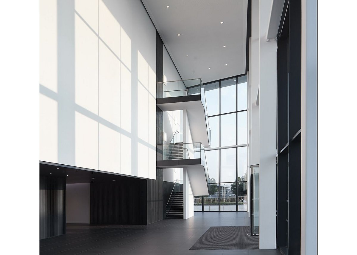 The triple height new entrance is achieved  with the Schueco FW 60+ capped system.