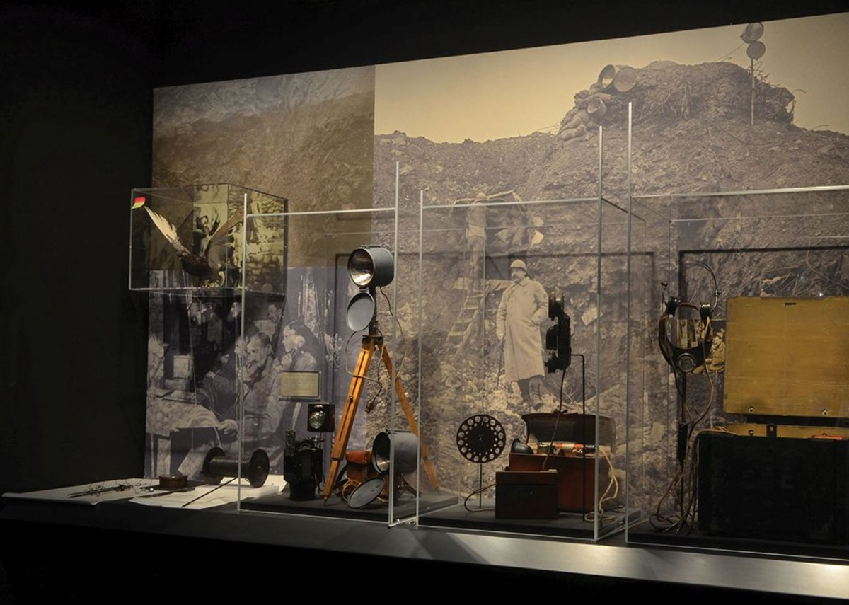 Display showing the types of communications used during the conflict, including pigeon post, wired lines and signal lamps.