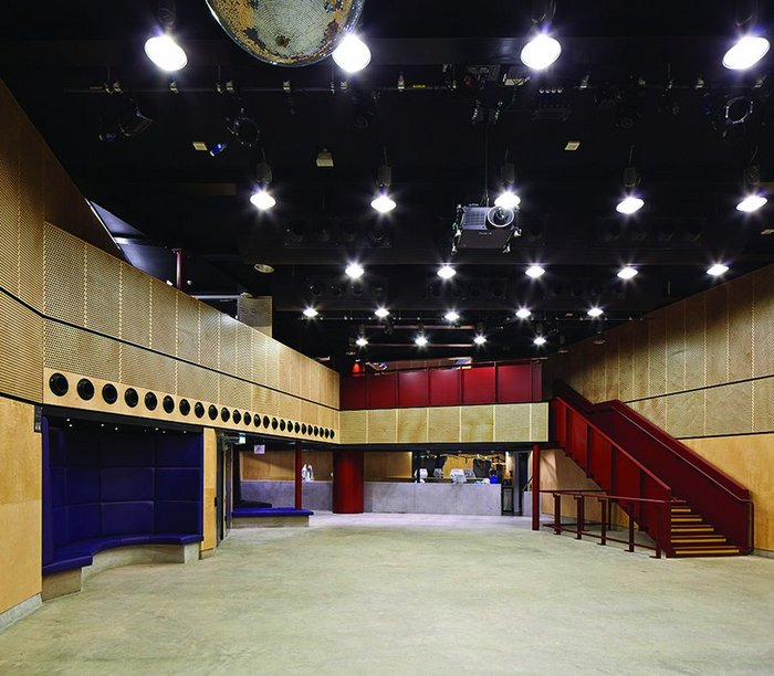 In the basement, the plan opens up into a large events space, thanks to a transfer structure.