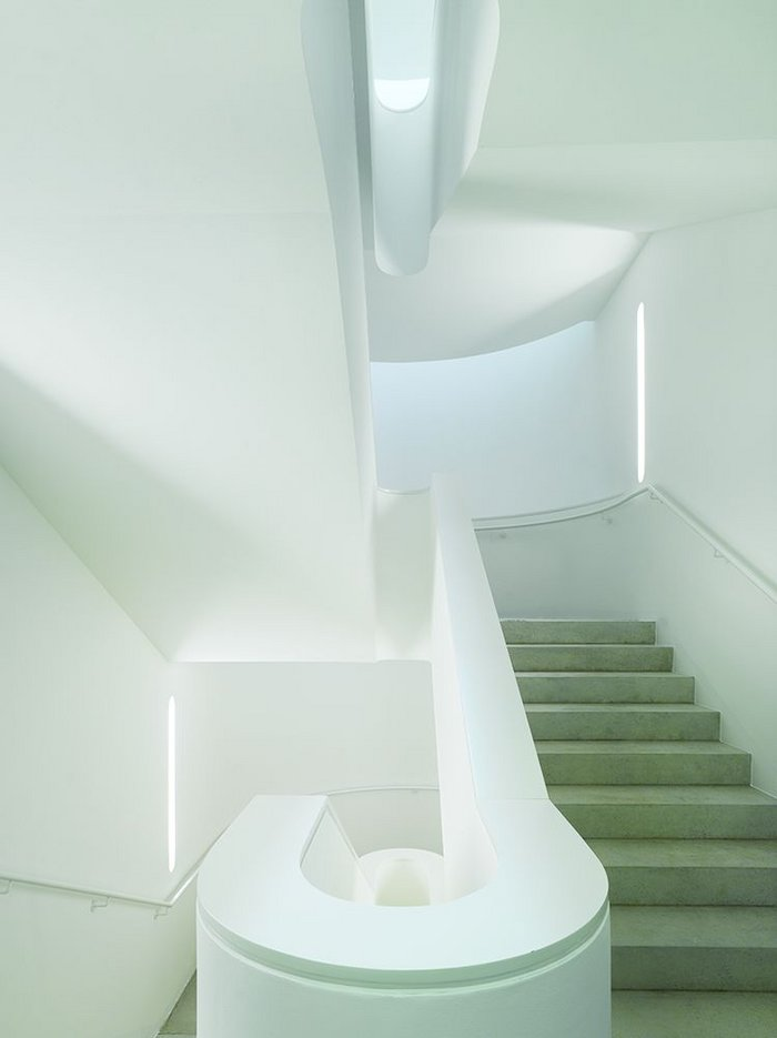 The modernist staircase is simple but well-detailed, hidden light sources giving it added lightness.