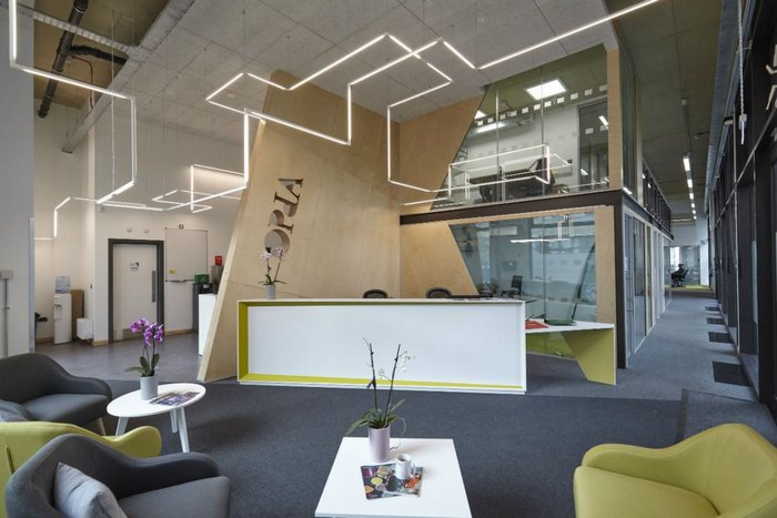 University of Cambridge open plan reception area with a Knauf AMF Heradesign ceiling raft.