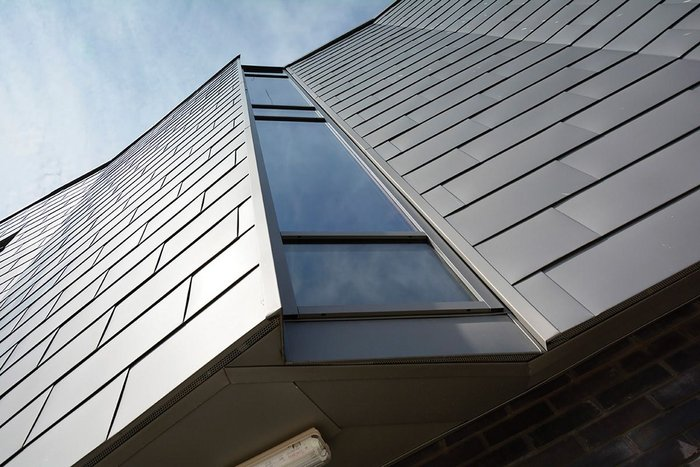 Non-centred shingle set-out creates a less zig-zag facade effect.