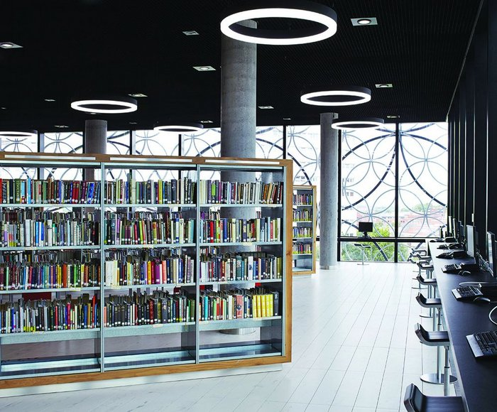 The Reading Room levels of the library at open access areas are designed to be effectively warm and bright social spaces, with glazed booths for readers wishing to study in private.