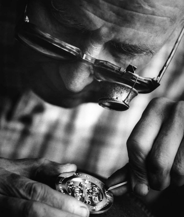 Hand-engraving the RIBA Silver Medal.