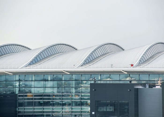 50,000 m2 of Kalzip profile roof cladding make up the external look of the terminal. Note the latchways giving access to the glass for maintenance.