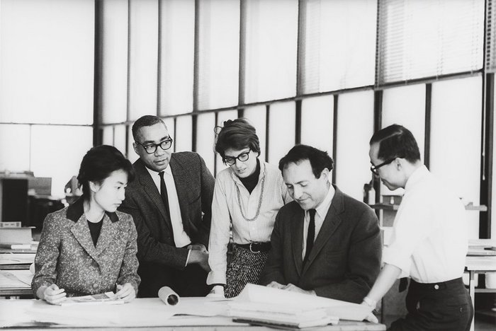 Master class studio, Crown Hall, Illinois Institute of Technology (IIT), c1961: student, David C Sharp, Phyllis Lambert, Myron Goldsmith, Jin Hwan Kim.