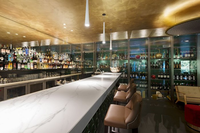 Seamlessly beautiful bar worktop in Neolith Calacatta Polished.