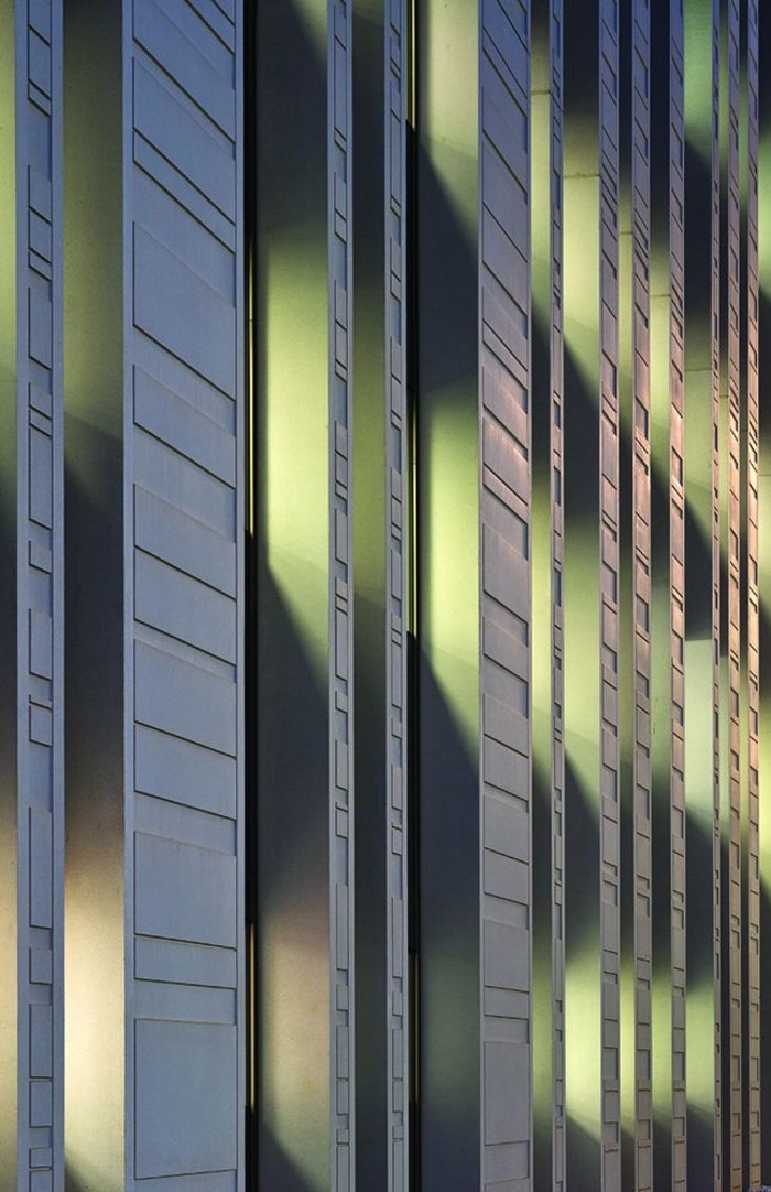 Detail of the precast panels which create a play of light and shadow, their depth also ensuring a layer of solar shading internally.