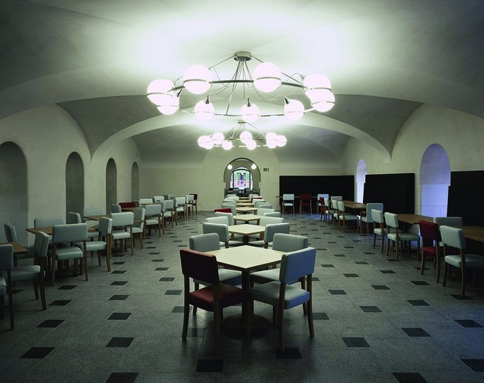 The Djanogly Café in the basement makes clear-span spaces with shallow vaults and soft round arches. Light fittings have a Jazz Age feel.