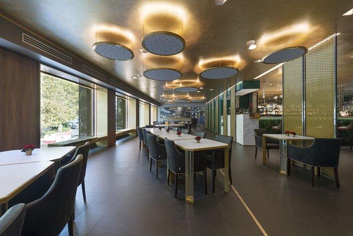 Main restaurant floor in Neolith Nero Zimbabwe with tabletops in Blanco Carrara BC01.
