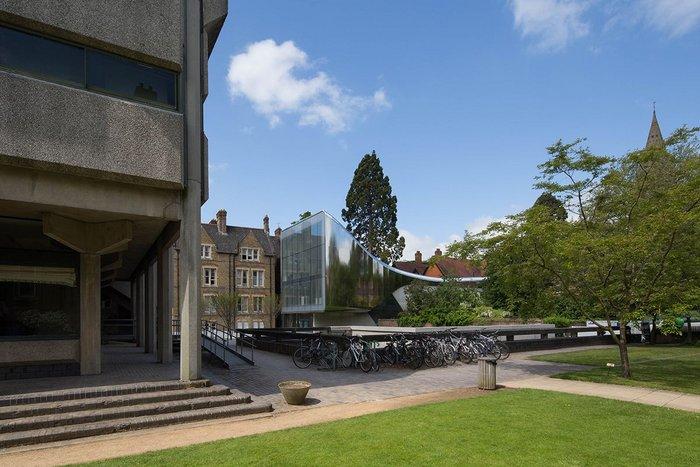 Zaha's silver trumpet shimmies into collegiate Oxford.