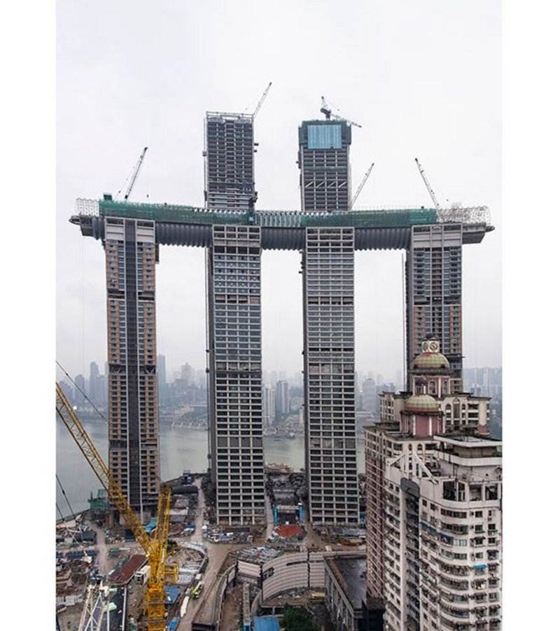 The risk of earthquakes and high winds dictated a unique structural solution for the 300-meter-long skybridge.