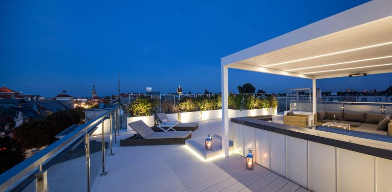 Roof terracing at Taras Na Fali apartments in Sopot, Poland by Glazing Vision Europe.