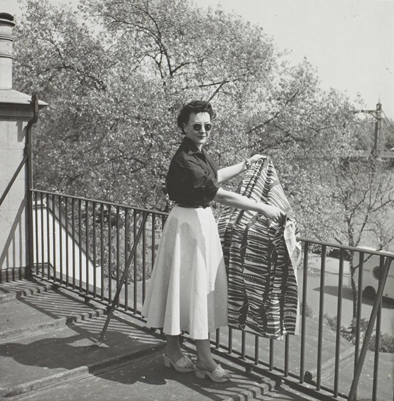 Lucienne Day with Foreshore (1952) on the roof of her house at Cheyne Walk, 1950s. Copyright the Robin & Lucienne Day Foundation.