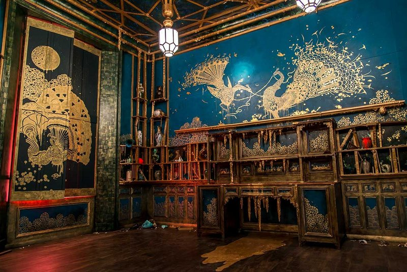 Darren Waterston, Filthy Lucre. Freer Gallery of Art and Arthur M. Sackler Gallery, Smithsonian Institution, Washington, D.C. Photo by Hutomo Wicaksono. Stalactite–like growths, smashed pottery and fighting peacocks contribute to the sense of disarray.