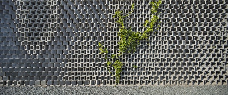 Silk Wall, Archi-Union offices, Shanghai (2010). Construction workers were given simple, analogue templates to lay the blocks.