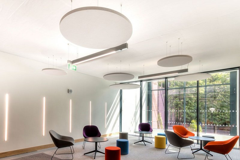 From quiet reading and study to more collaborative activities, Rockfon Eclipse ceiling islands are ideal for flexible, multiuse spaces.