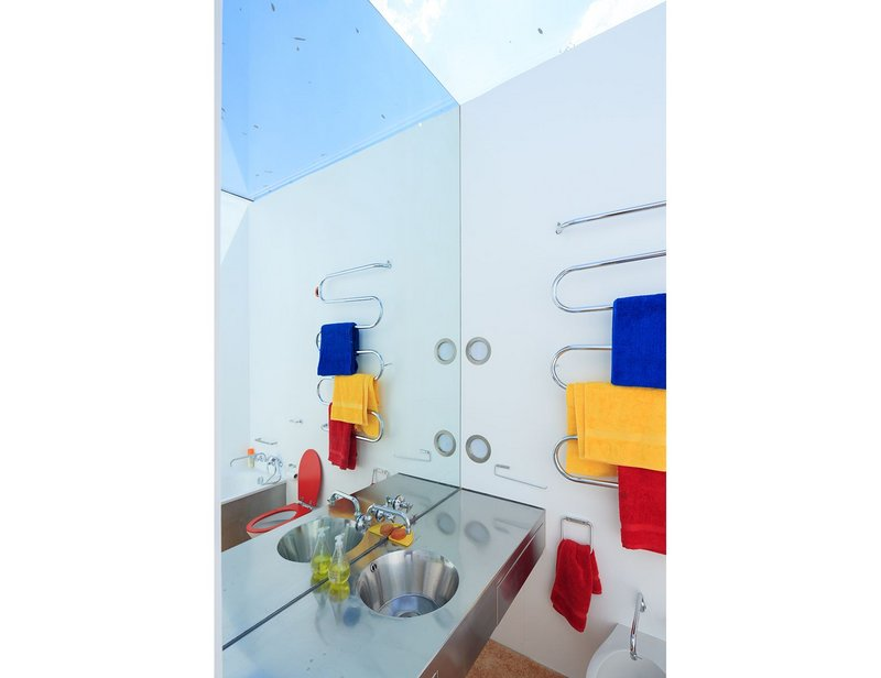 Richard Rogers's Wimbledon House. The bathroom has an all glass ceiling. Photograph by Iwan Baan.