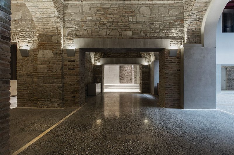 Ragstone walls and Sutto limestone arches in Nador 15 create distinct spatial experiences.