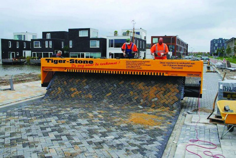 Changes in Dutch Health and Safety Regulations have meant a great emphasis on automated processess – embodied here with the Tiger-Stone paver layer