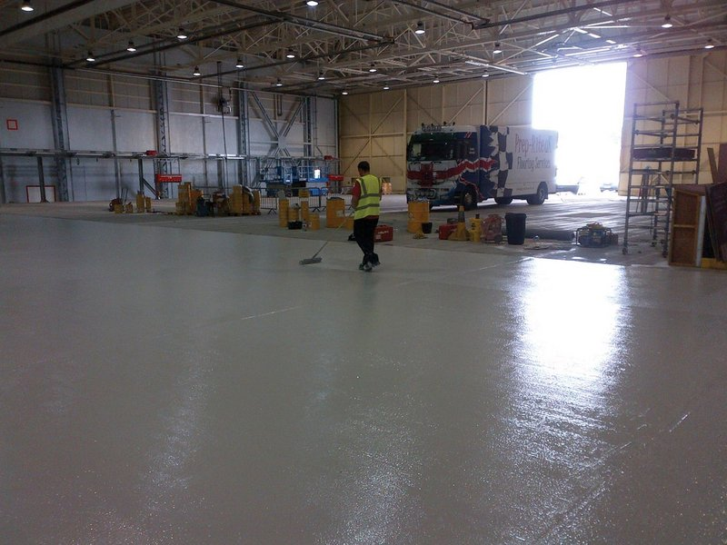 Installing the resin floor was done in 1,000m2 areas, each of which took a week.