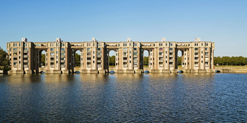 'Versailles for the people' – Ricardo Bofill's 1981 apartments Arcade du Lac at Saint-Quentin-en-Yvelines near Paris, as summed up by Charles Jencks.