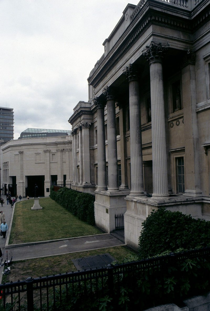 Venturi & Scott Brown's 1991 Sainsbury Wing main entrance seen from along the south front of William Wilkins' 'excessively episodic' 1838 National Gallery.