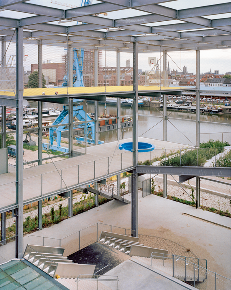 At Ghent's Melopee school, many functions are stacked within its steel grid box – and that includes the playground.